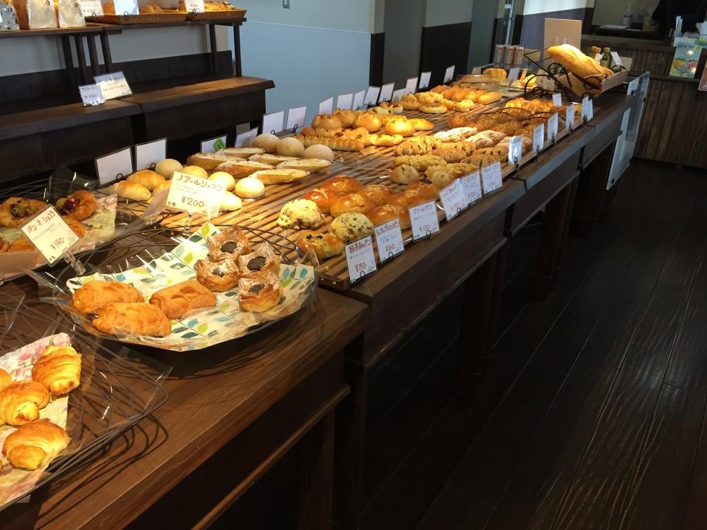 ビシェットの店内で、パンが並んでいる様子
