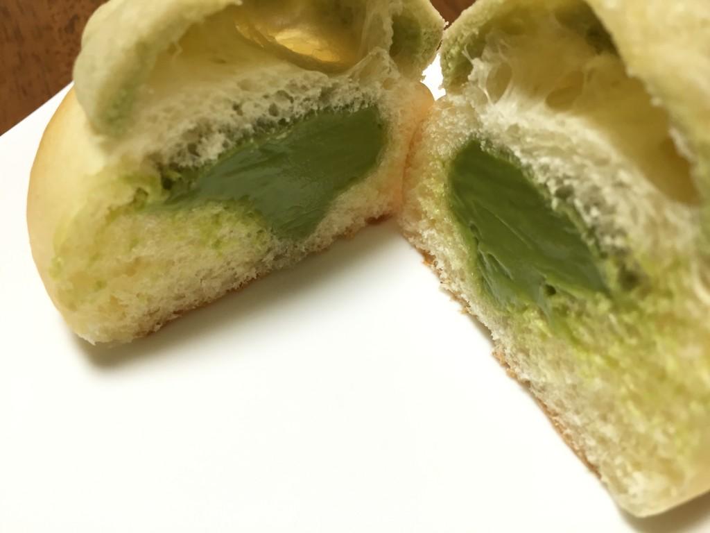 ビシェットの抹茶クリームパンの断面写真