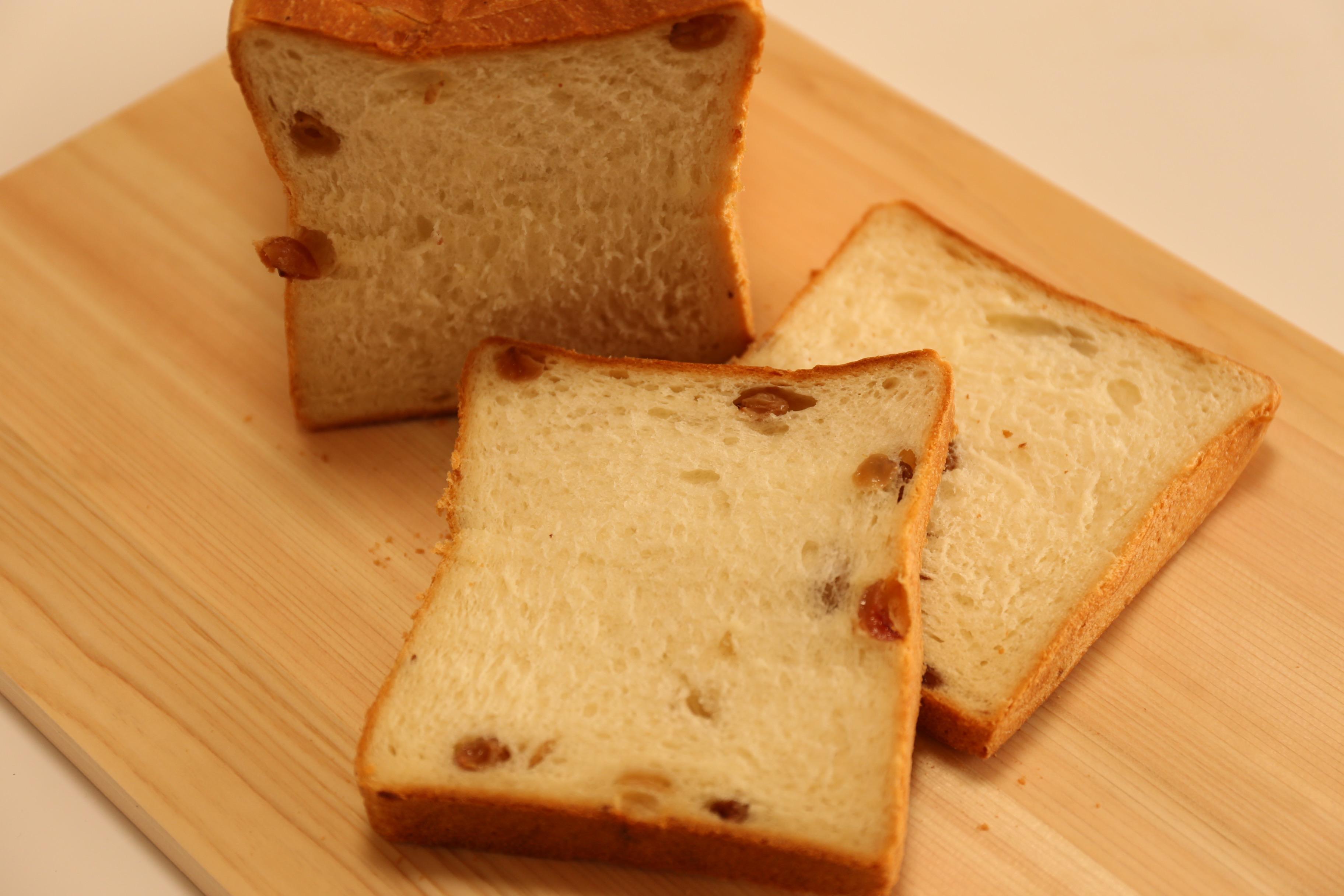マスカット食パンのぶどうがジューシー!高級食パン フルール・ドゥ・リュクスさん