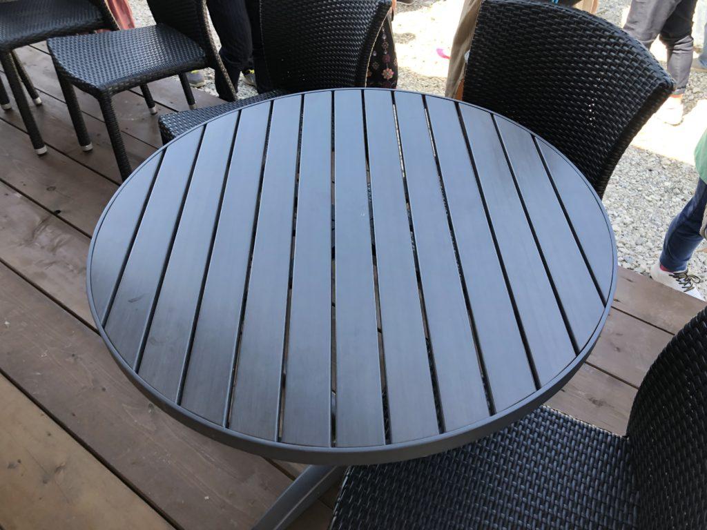 ダカフェのテラス席のテーブル