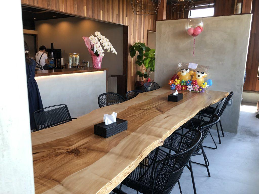 ダカフェの店内テーブル