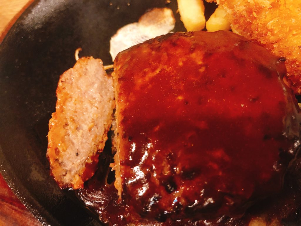 ステーキのあさくまのキッズハンバーググリル(780円税別)の断面
