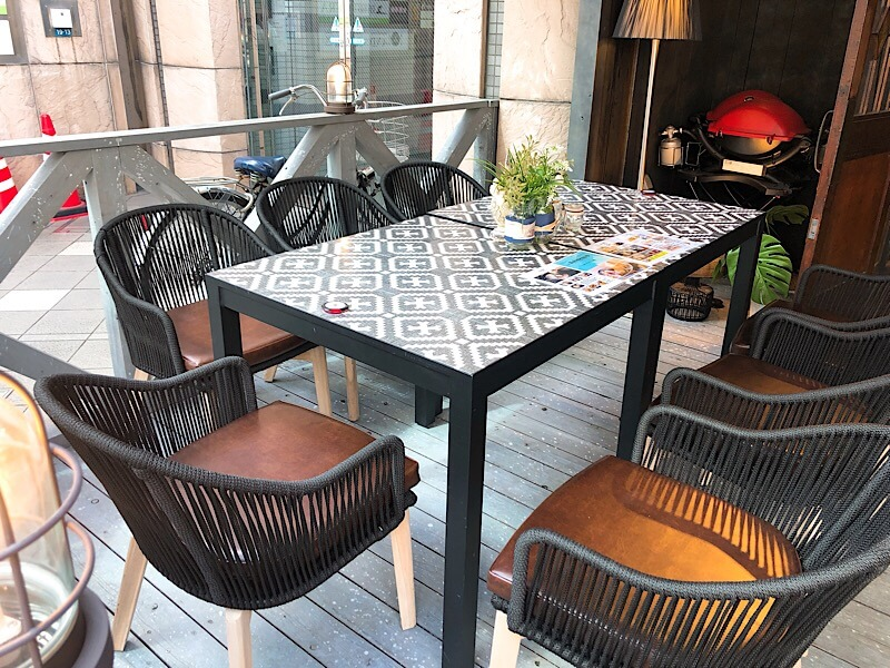 カフェロブ(caferob)名古屋駅前店の7人かけのテーブルと椅子