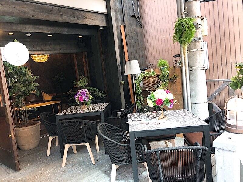 カフェロブ(caferob)名古屋駅前店のテラス席の4人掛けテーブル