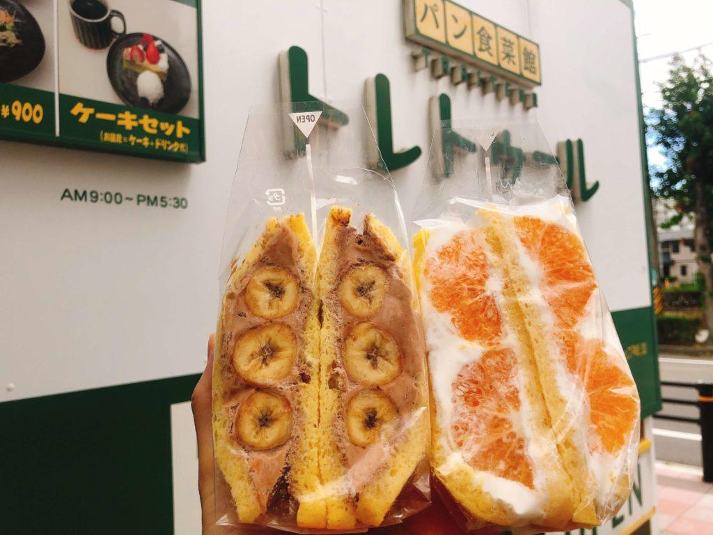 トレトゥールのフルーツサンドをお店の前で撮影