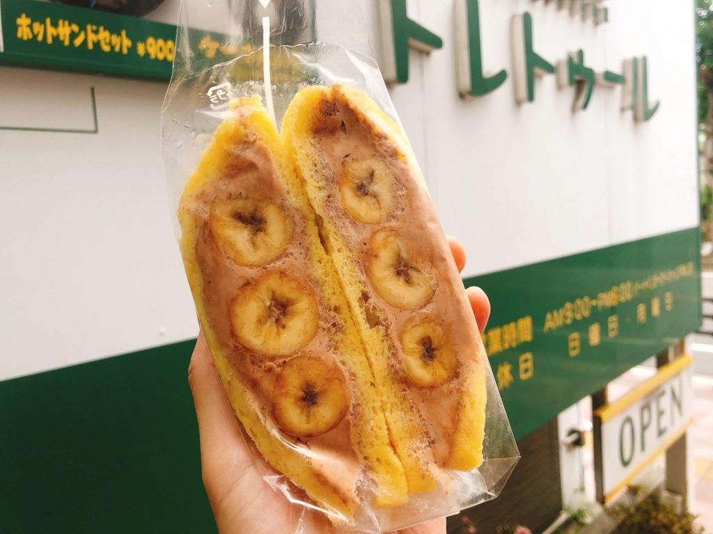 トレトゥールのフルーツサンド(バナナ)をお店の前で撮影
