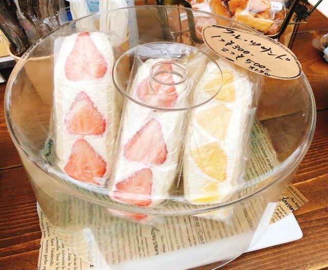 インダストリアルカフェのフルーツサンド