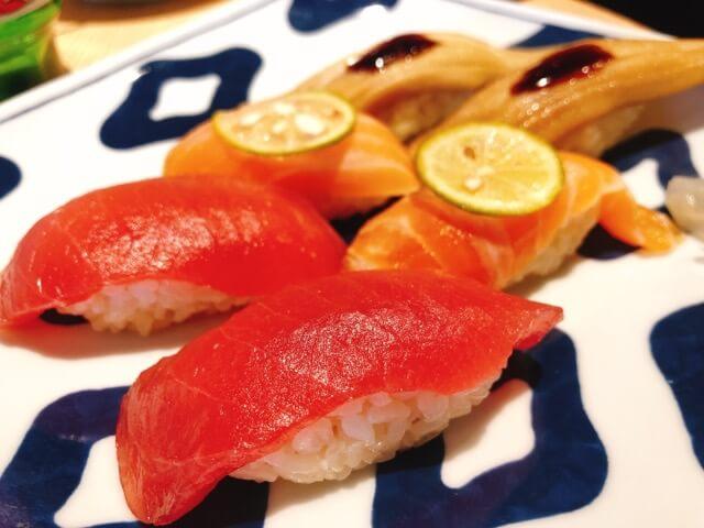 寿司と串とわたくし 今宵のすし3種盛り(生マグロ・煮あなご・炙りサーモン)