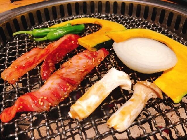 肉卸直送焼肉たいが錦店の宮崎牛カルビ焼き野菜添え