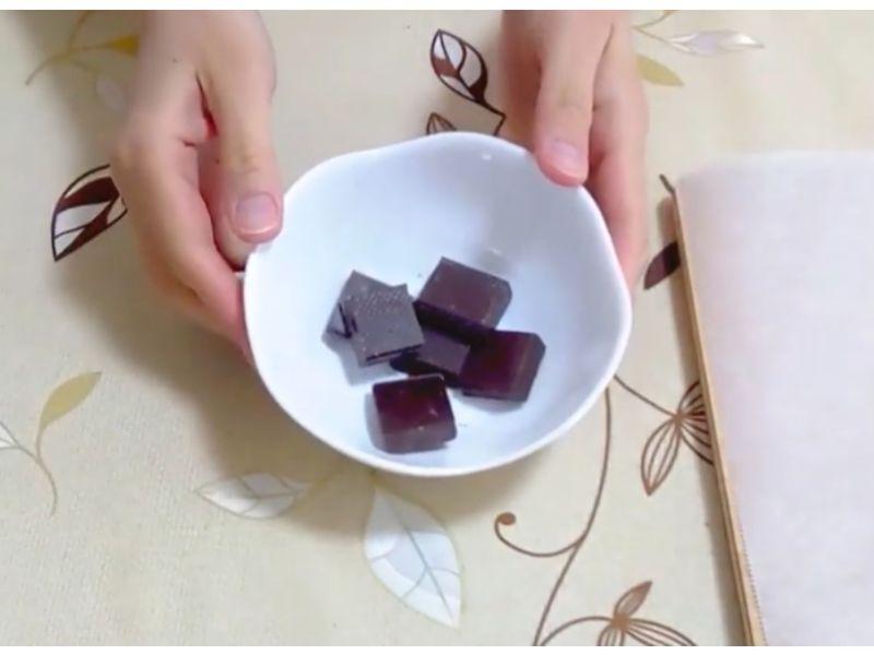 いちごチョコのチョコを割る