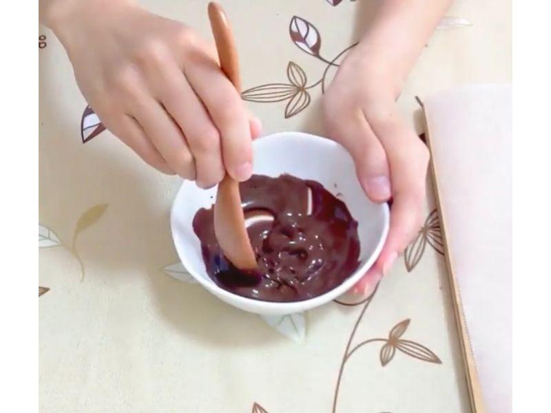 いちごチョコのチョコをレンジで溶かす